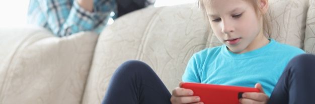 Maman contrôle sa fille avec un téléphone à l'aide de jumelles