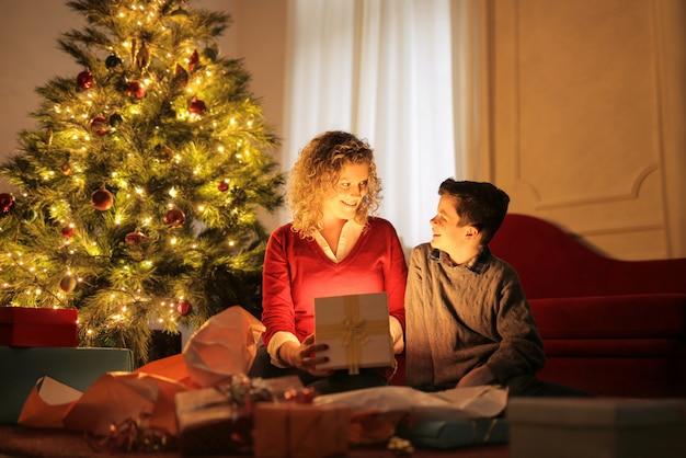 Maman déballant des cadeaux avec son enfant
