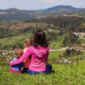 Maman et deux enfants dans les montagnes.