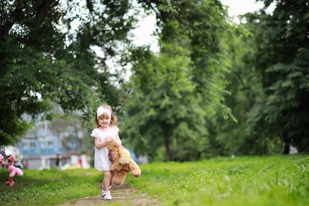 Maman avec deux filles jumelles pour une promenade dans le parc
