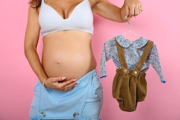 La maman enceinte prépare les vêtements pour le bébé