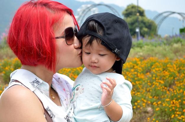 Maman et enfant avec amour