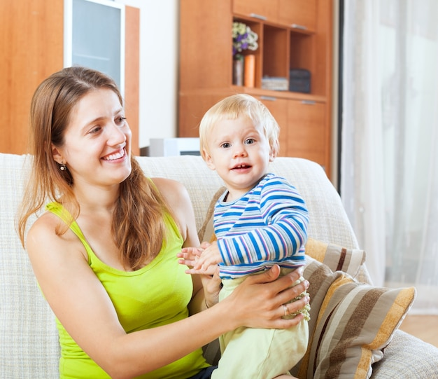 Maman et enfant sur le canapé