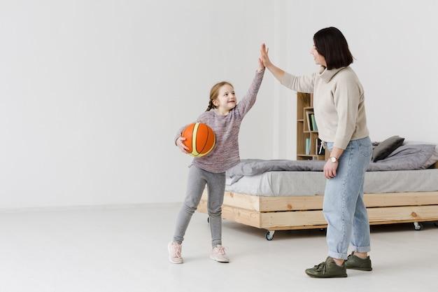 Maman et enfant faisant cinq haut