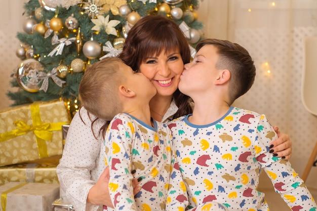 Maman avec enfants ensemble à noël famille heureuse