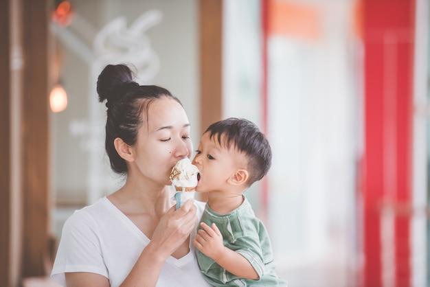 Maman et les enfants mangent de la crème glacée.bonnes relations de parent et enfant. moments heureux.