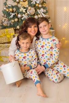 Maman avec enfants à noël famille heureuse