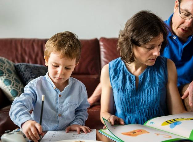 Maman enseigne à son fils à faire ses devoirs