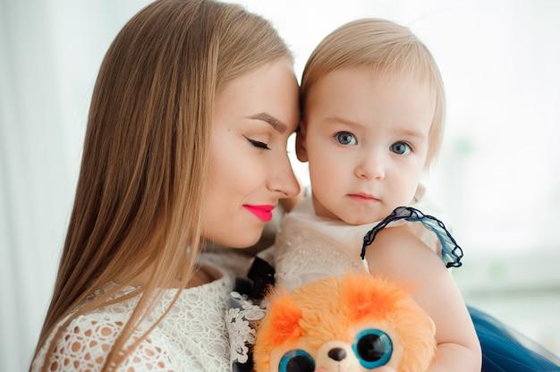 Maman étreignant et embrassant sa petite fille.