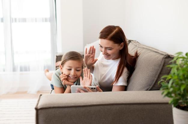 Maman fait un appel vidéo familial avec ses enfants