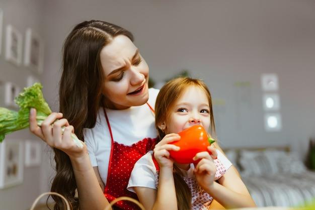 Maman et fille dans la cuisine