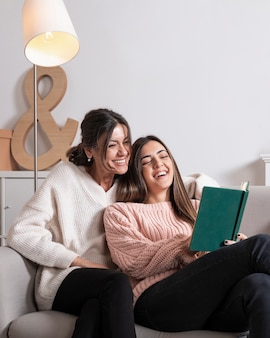 Maman, fille, divan, lecture