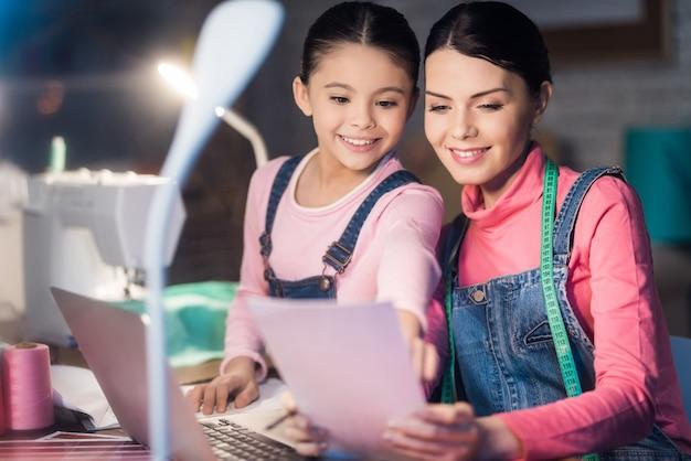 Maman et fille ensemble à la recherche d'un papier.