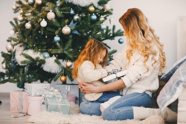 Maman et fille enveloppant des cadeaux