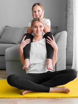 Maman avec une fille sur les épaules