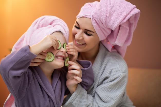 Maman et fille faisant des traitements de spa à la maison