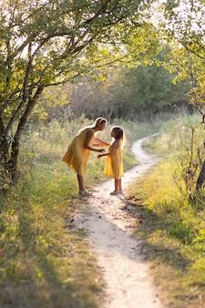 Maman et fille, femme et fille de sept ans en promenade, dans la nature