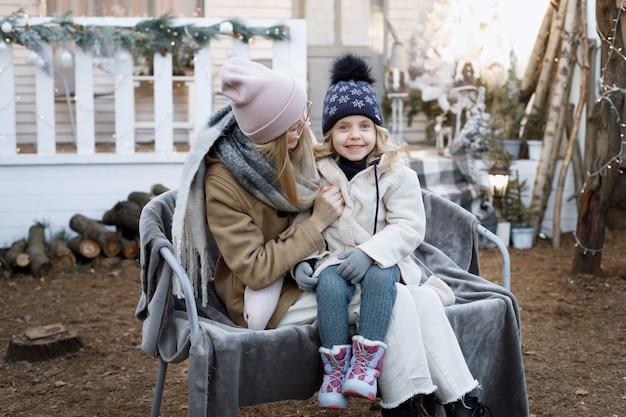 Maman et fille hiver dehors à noël