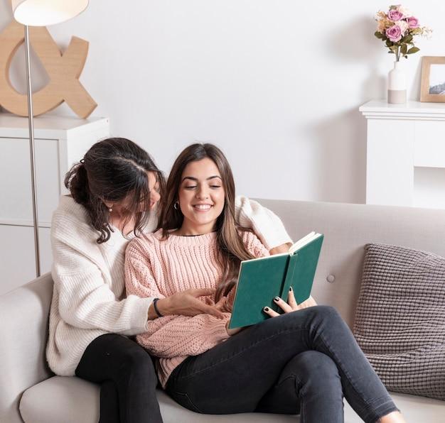 Maman et fille lisant