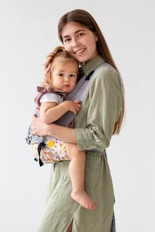 Maman et fille posant ensemble