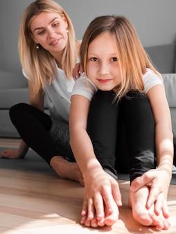 Maman et fille qui s'étend