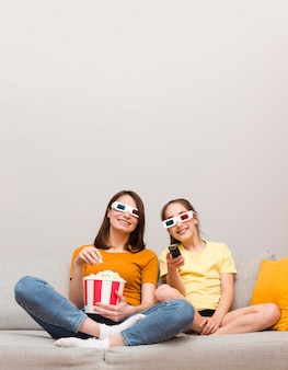 Maman et fille regardant des films