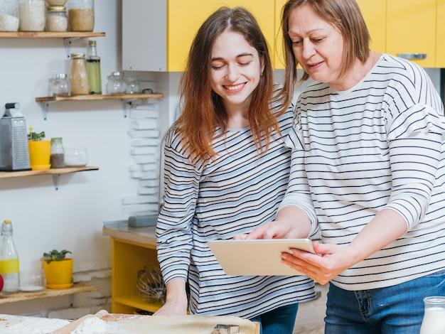 Maman et fille travaillant ensemble dans la cuisine