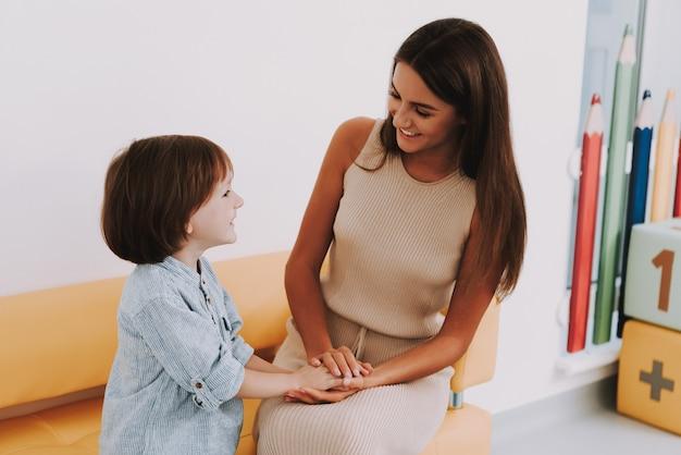 Maman et fils à la clinique enfants soutien psychologique.