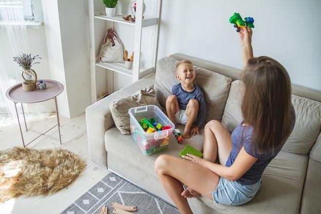 Maman et fils jouant ensemble, jouets de construction