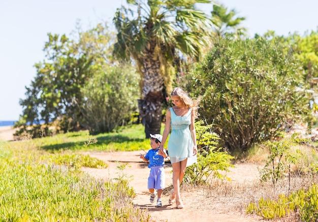 Maman et fils sur la nature. famille