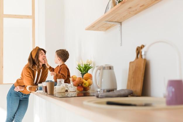 Maman et fils profitant du temps ensemble