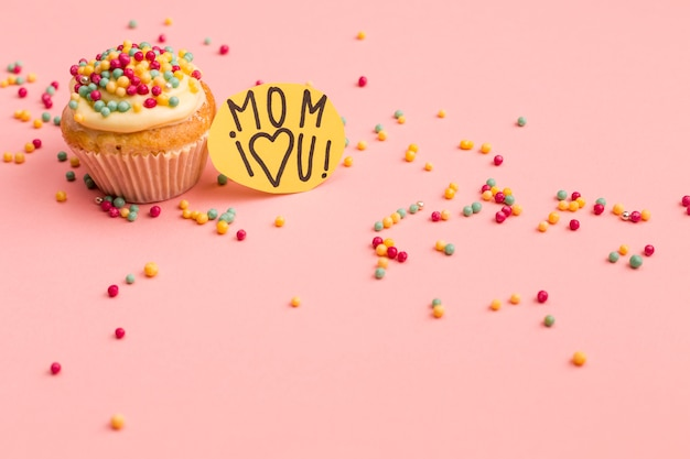 Maman je t'aime note avec cupcake savoureux