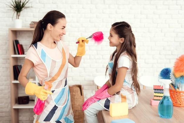 Maman joue avec sa fille après avoir nettoyé la maison
