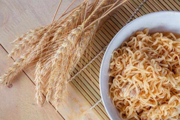 Maman ligne dans la tasse et le bol de riz.