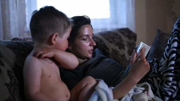 Maman lit un livre avec son enfant