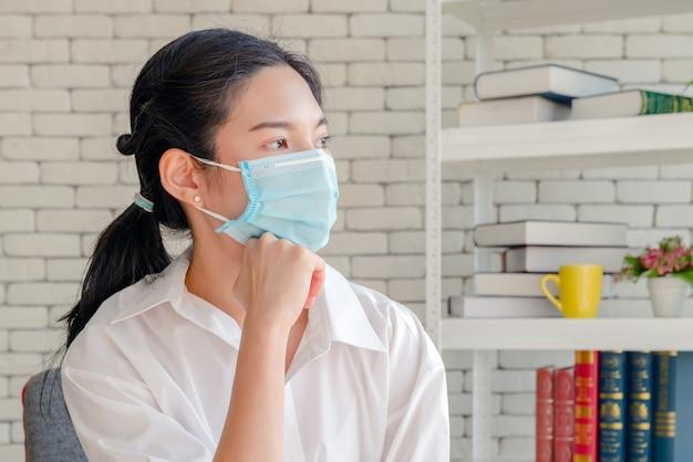 Maman avec masque facial