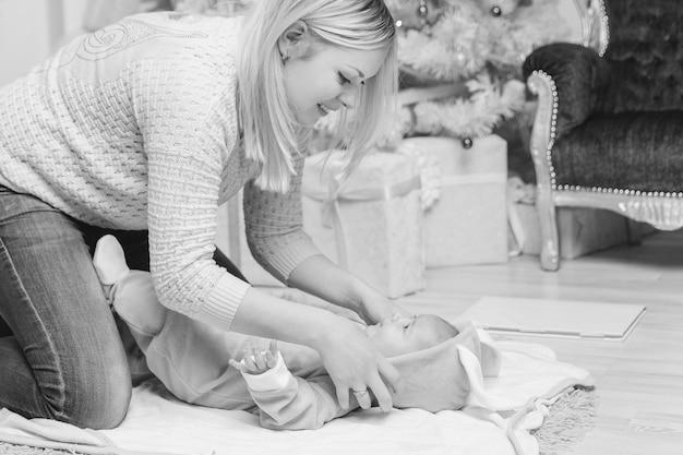 Maman met son bébé dans un costume de lapin