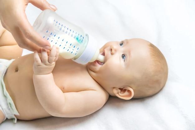 Maman nourrit le bébé avec un biberon