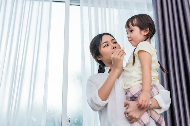 Maman nourrit les enfants avec des croustilles. enseignant nourrir l'élève avec une collation. retour à l'école et