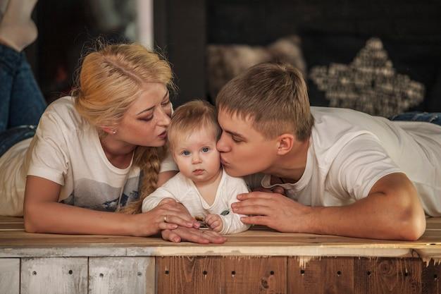 Maman, papa et fille s'embrassent ensemble