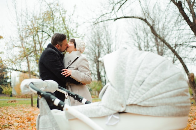 Maman et papa se serrant dans le parc en automne