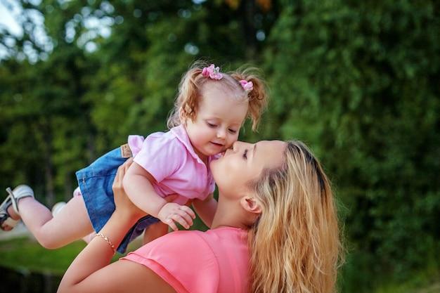 Maman et petite fille jouent. le concept d'enfance, de voyage et de style de vie.