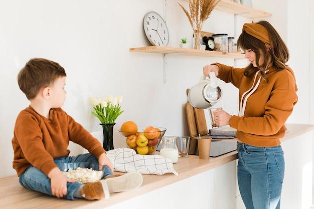 Maman prépare du lait pour son fils