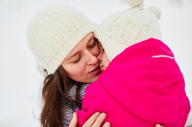 Maman s'appuya contre sa fille fatiguée