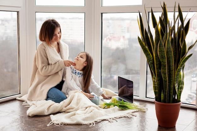 Maman et sa fille au sol