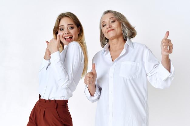 Maman et sa fille en chemises blanches se tiennent côte à côte émotion famille amour