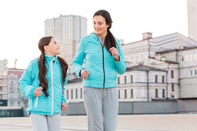 Maman et sa fille courir