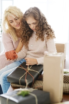 Maman et sa fille emballent des cadeaux