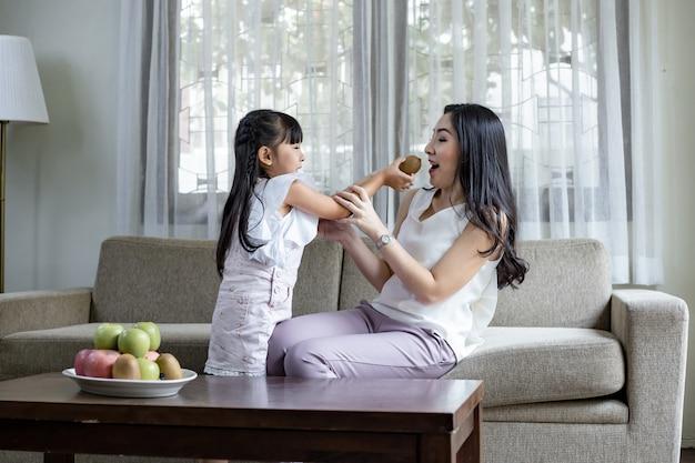 Maman et sa fille font des activités amusantes.
