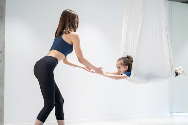 Maman et sa fille font du yoga